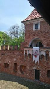 Zamek w Oporowie, dziedziniec